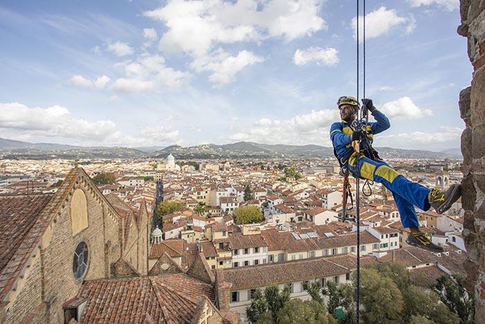 The acrobatic builders repairing Italy's domes and bridges